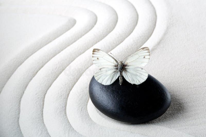 Pedra do zen com borboleta imagem de stock royalty free