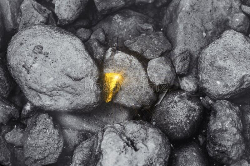 A pedra dourada diferente encontrou em torno do desempenho sujo do empregado do negócio da rocha proeminente fotografia de stock