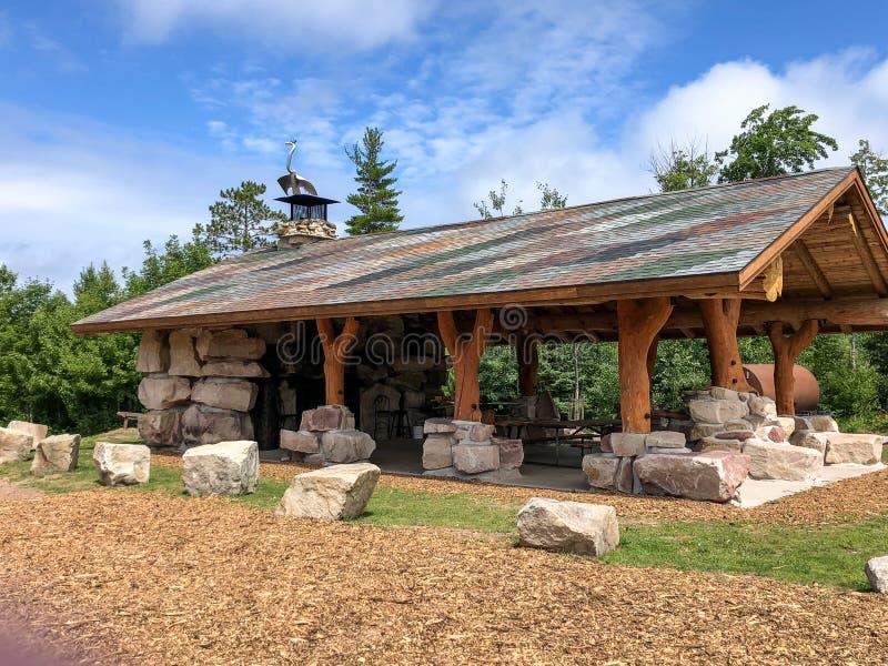 Pedra e abrigo de construção de madeira em Michigan fotos de stock royalty free