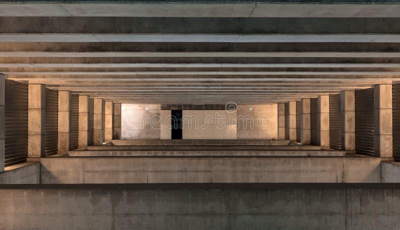 Pedra enorme e espaço concreto imagens de stock royalty free