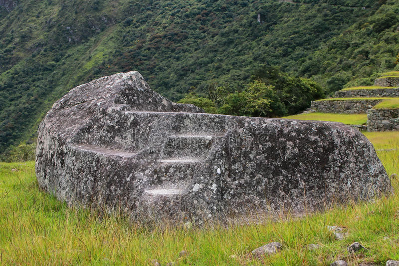 Pedra funerária na citadela Machu Picchu do Inca no Peru imagem de stock