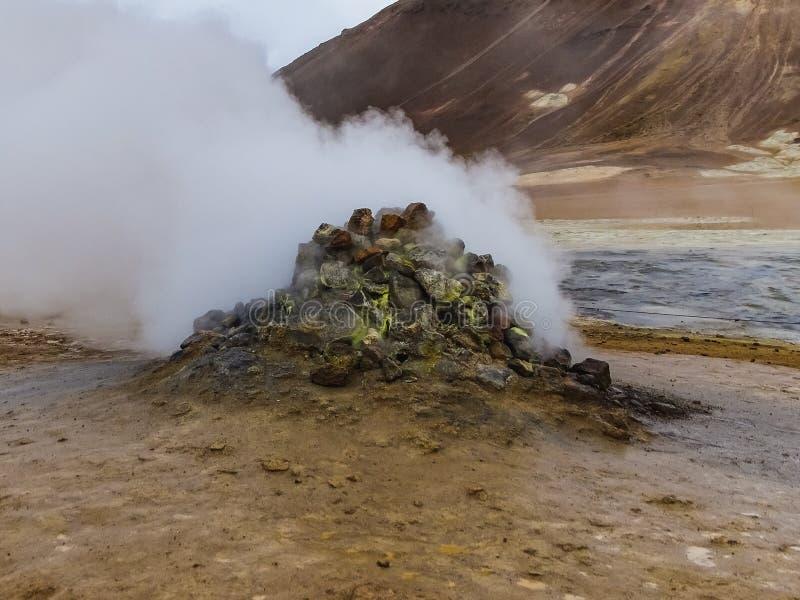 Pedra geotérmica bonita em Hverir no verão em Islândia imagens de stock