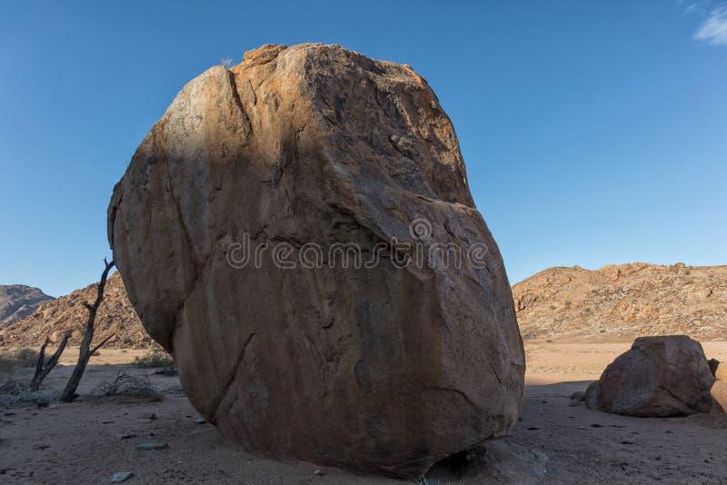 Pedra gigante no deserto Namíbia imagem de stock