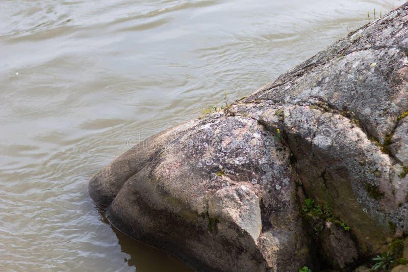 Pedra grande e suave da linha costeira lavada pelo rio imagem de stock royalty free