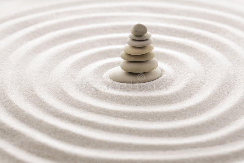 Pedra japonesa da meditação do jardim do zen para a areia da concentração e do abrandamento e rocha para a harmonia e equilíbrio  fotos de stock