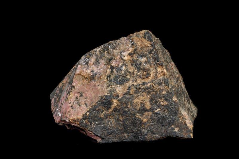 Pedra macro Rhodonite mineral em um fundo preto fotografia de stock