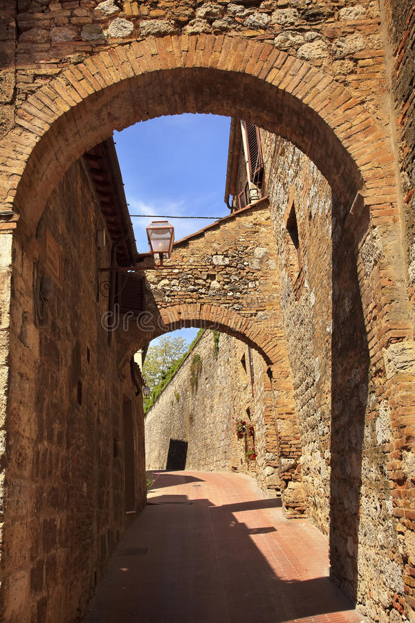 A pedra medieval arqueia San Gimignano Italy imagens de stock royalty free