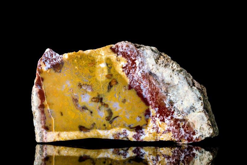 Pedra mineral colorida crua de quartzo e de ágata na frente do fundo preto imagens de stock royalty free