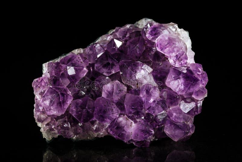 Pedra mineral da ametista, fundo preto imagens de stock royalty free