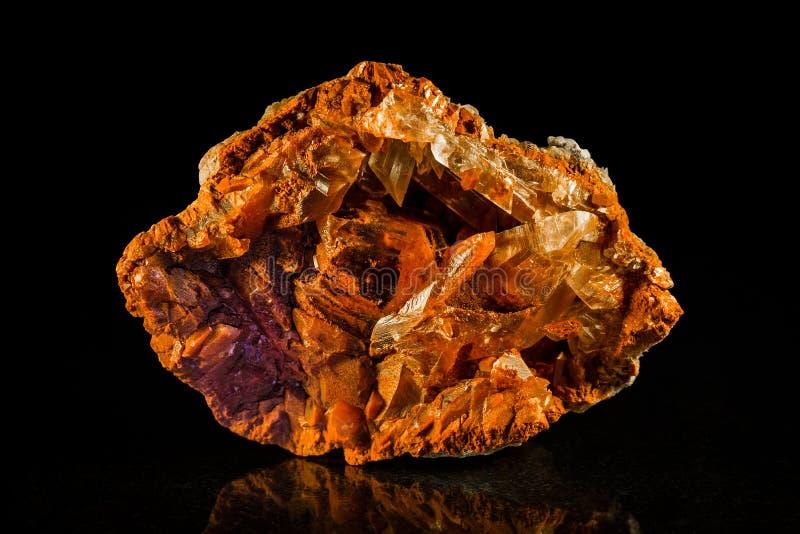Pedra mineral da gipsita na frente do preto foto de stock royalty free