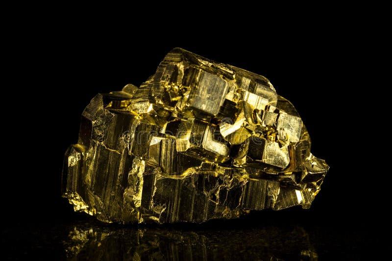 Pedra mineral da pirite na frente do preto imagem de stock