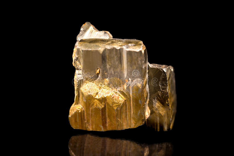 Pedra mineral da pirite ou da pirite de ferro, pedra preciosa, curando, vagabundos pretos foto de stock royalty free