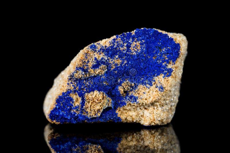 Pedra mineral de azurite cru na frente do fundo preto fotografia de stock