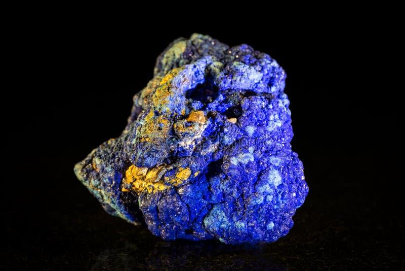 Pedra mineral de Azurite na frente do preto fotografia de stock royalty free