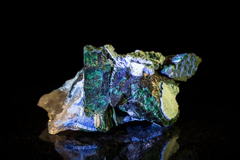 Pedra mineral de Plancheite na frente do preto fotografia de stock