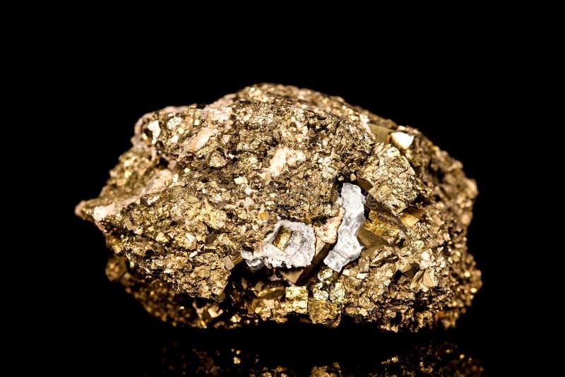 Pedra mineral dourada crua da pirite de ferro na frente do fundo preto fotos de stock royalty free