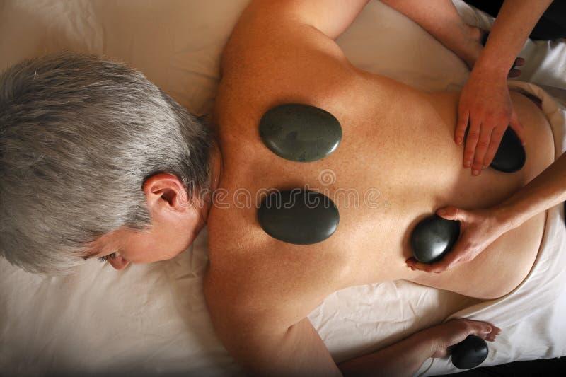 Pedra mineral quente da massagem sênior da saúde imagem de stock