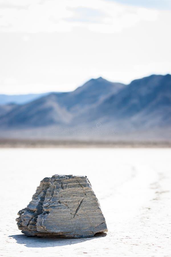 A pedra misteriosa da navigação na pista no Vale da Morte Califórnia fotografia de stock royalty free