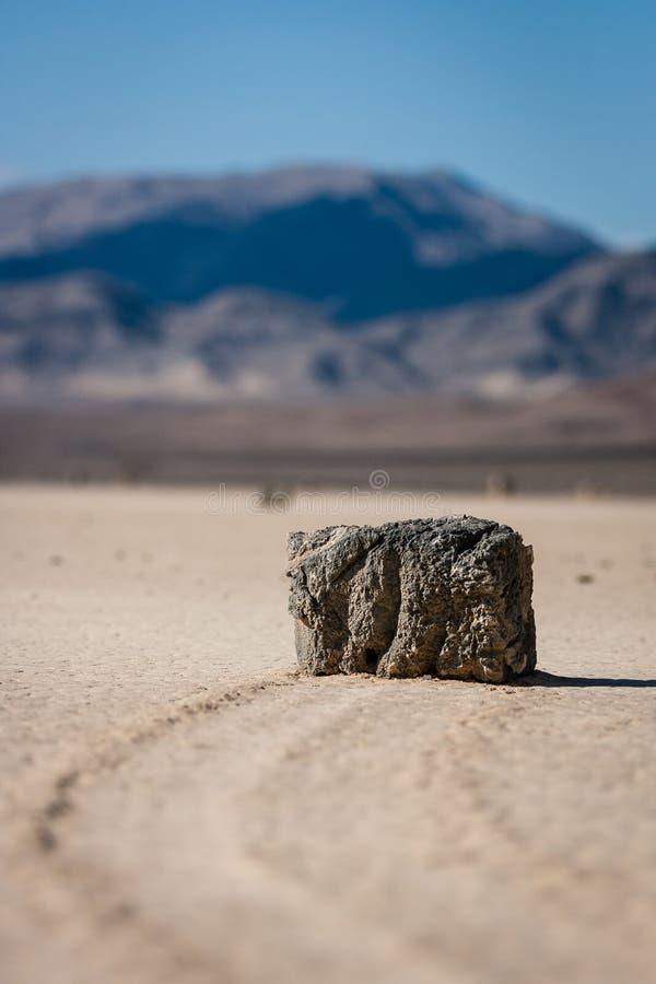 A pedra misteriosa da navigação na pista no Vale da Morte Califórnia imagens de stock