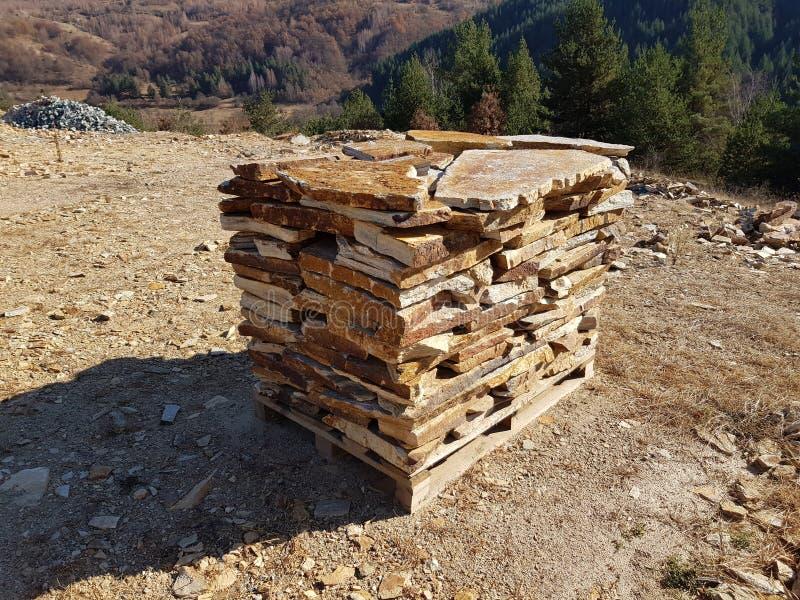 A pedra natural telha na pálete em uma pedreira de pedra foto de stock