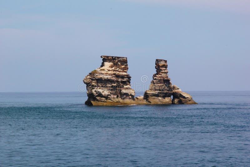 Pedra no mar imagens de stock royalty free
