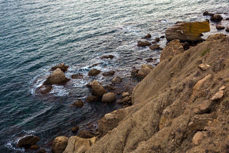 Pedra no mar ou no oceano foto de stock