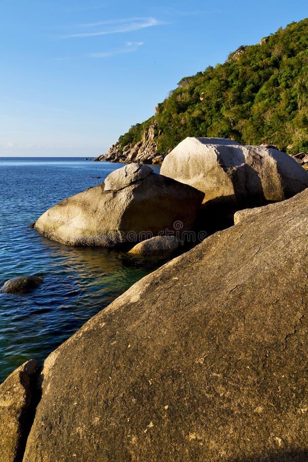 pedra no sumário da baía de tao do kho de Tailândia de um l azul imagens de stock royalty free