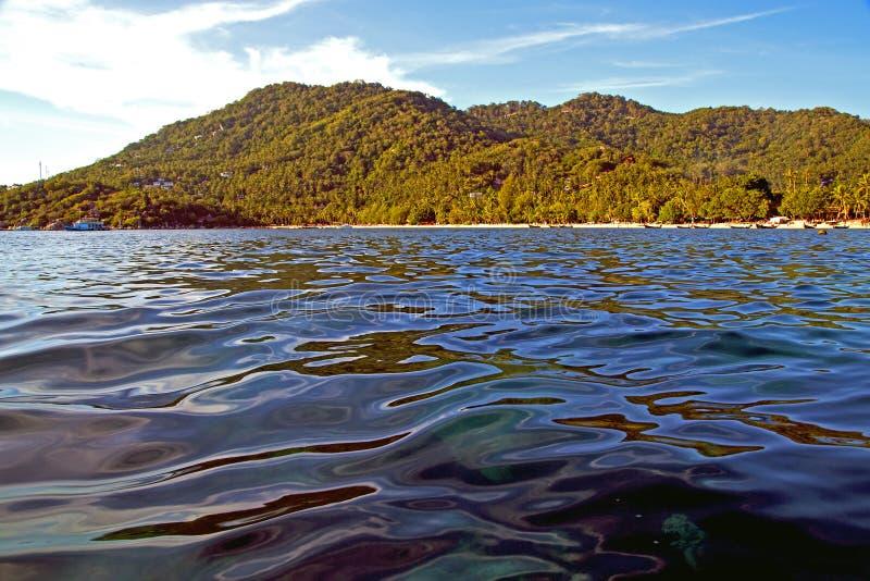 Pedra no sumário da baía de tao do kho de Tailândia de um qui sul da água imagem de stock royalty free