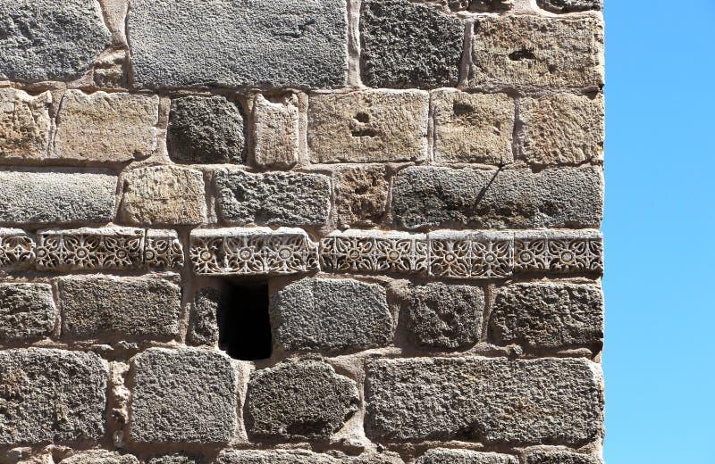 A pedra obstrui a parede, contra o céu, antigo imagens de stock