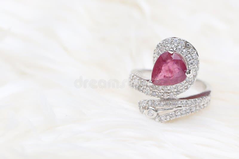 pedra preciosa cor-de-rosa no anel de diamante fotografia de stock royalty free