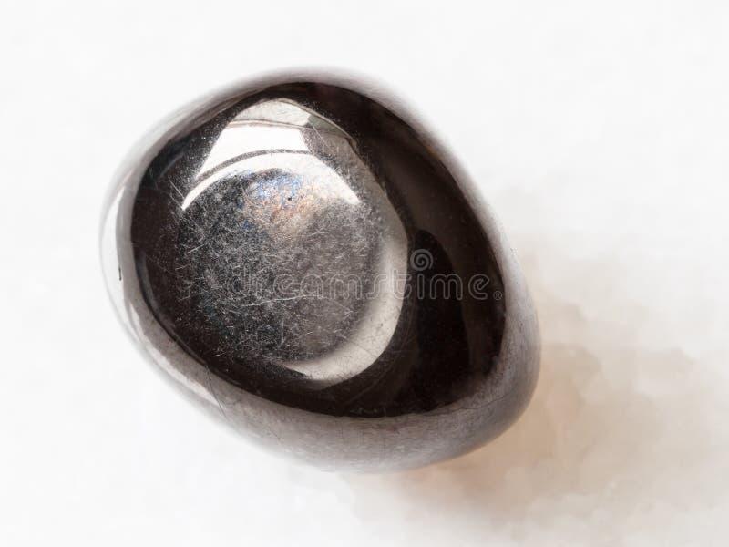 Pedra preciosa de Gagate (jato) no branco fotografia de stock royalty free