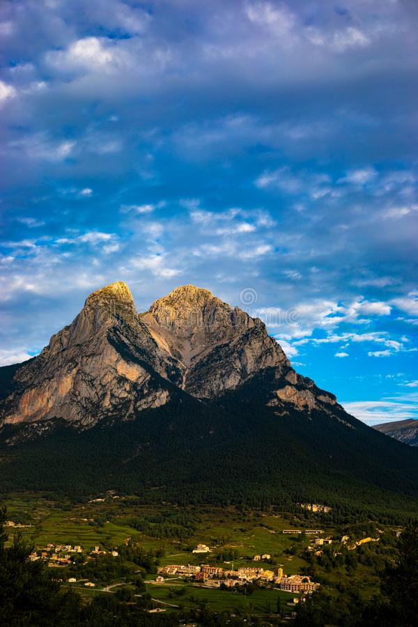 Pedraforca mont在与大反差颜色的阴天 库存图片
