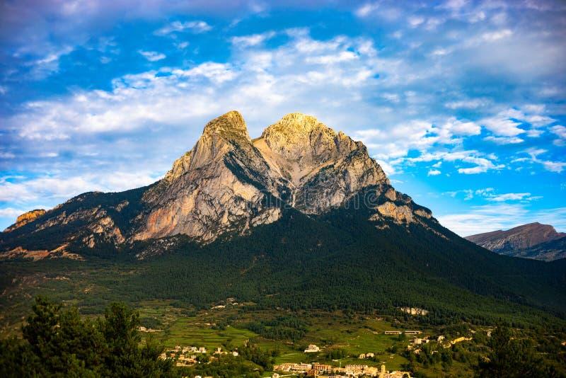 Pedraforca-mont am bewölkten Tag mit hochauflösenden Farben stockfotografie
