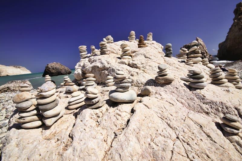Pedras afortunadas no Afrodite da praia, Chipre fotografia de stock