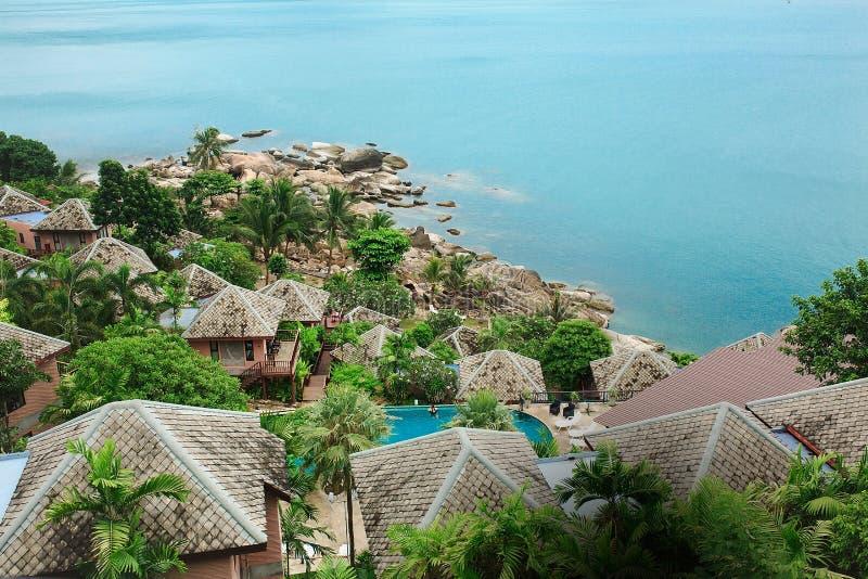 Pedras, areia, mar, palmas de coco, ilha, Tailândia, vista superior, bl imagens de stock royalty free