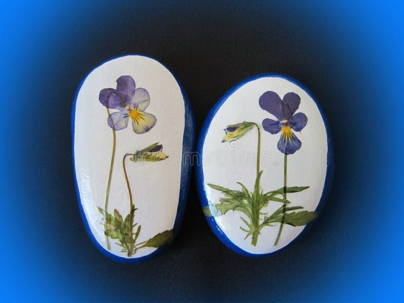 Pedras brancas com flores do amor perfeito ilustração royalty free