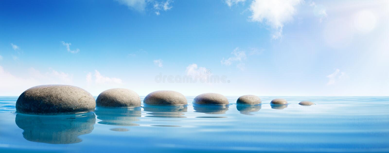 Pedras da etapa na água azul imagens de stock royalty free