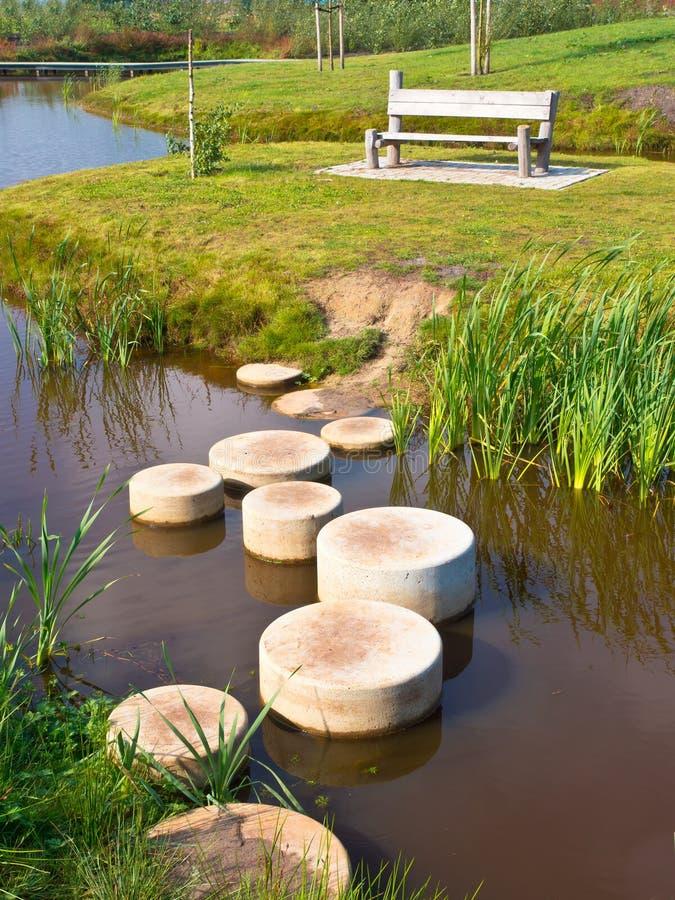 Pedras da etapa sobre a água imagens de stock