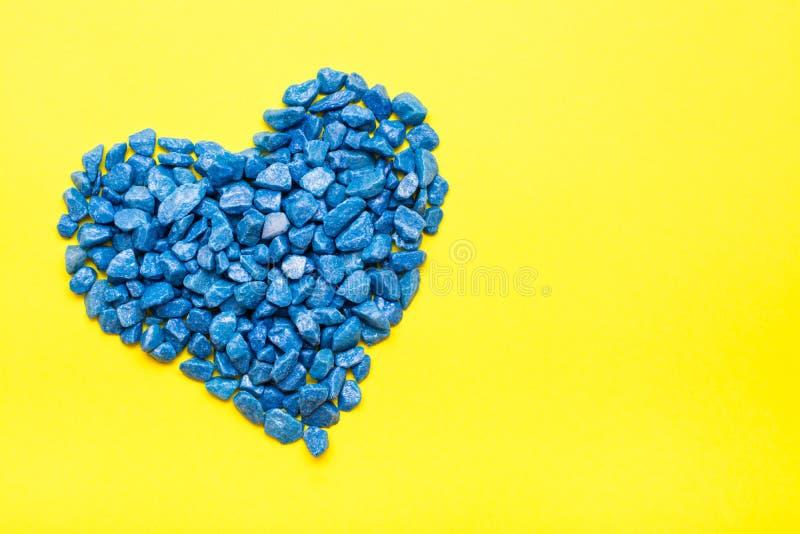 Pedras decorativas azuis apresentadas na forma de um coração imagem de stock royalty free