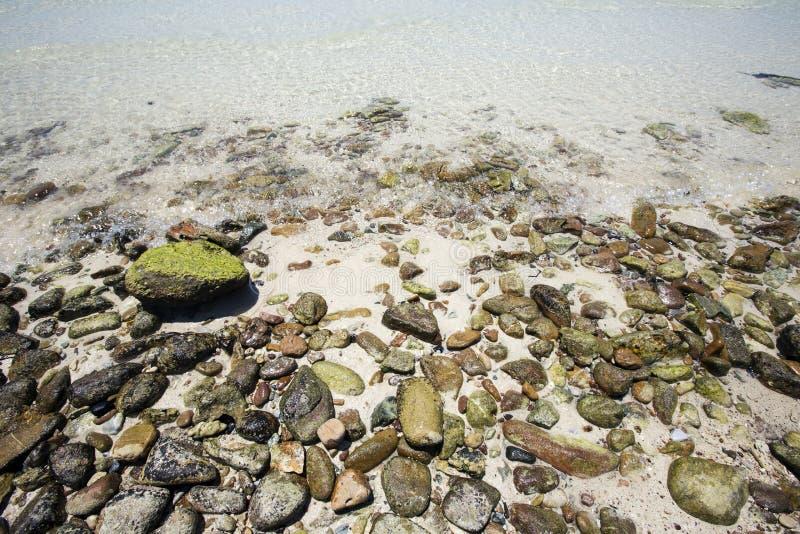 Pedras do seixo da costa pelo mar fotografia de stock