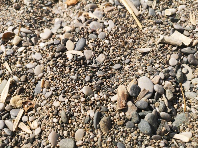 Pedras do seixo polvilhadas com os vestuários fotos de stock