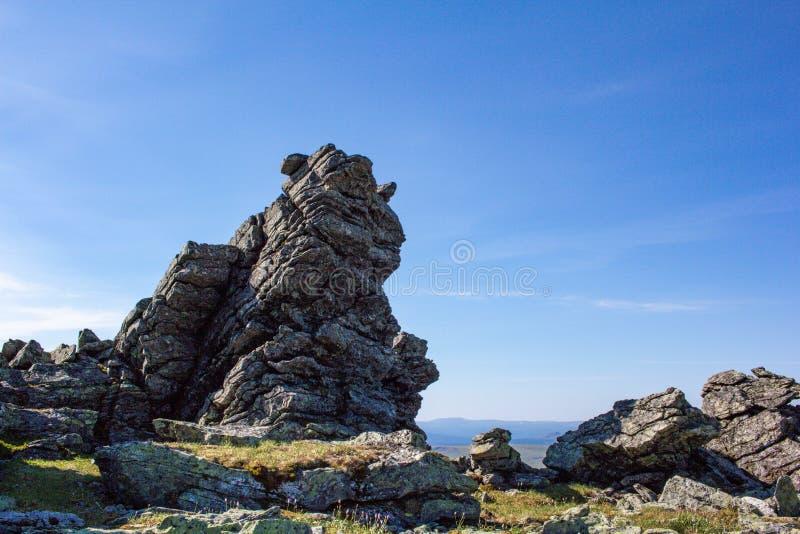Pedras do Ural do norte taiga Grandes pedregulhos e restos de pedra das montanhas as mais velhas no planeta imagem de stock royalty free
