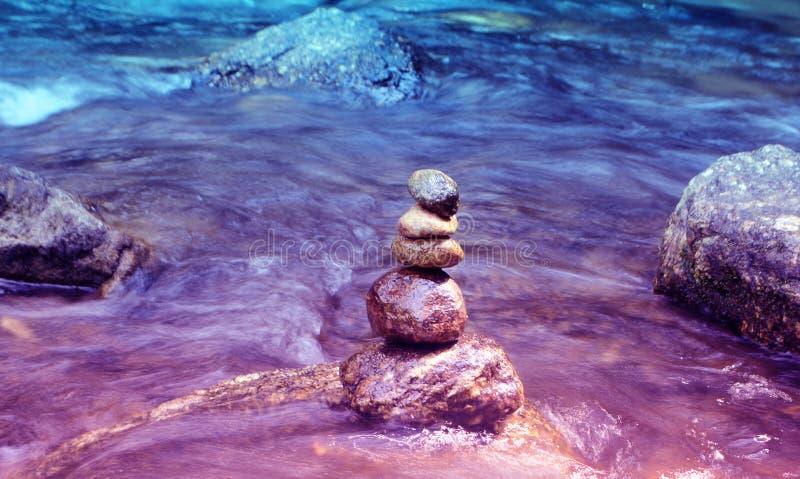 Pedras do zen na água, sinal da meditação fotos de stock