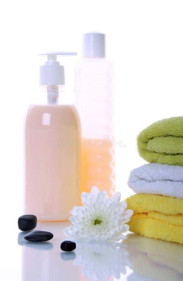 Pedras dos termas e produtos do banho imagem de stock