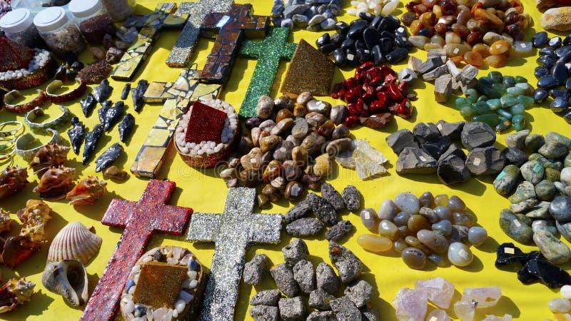 Pedras e cristais em artigos feitos a mão foto de stock