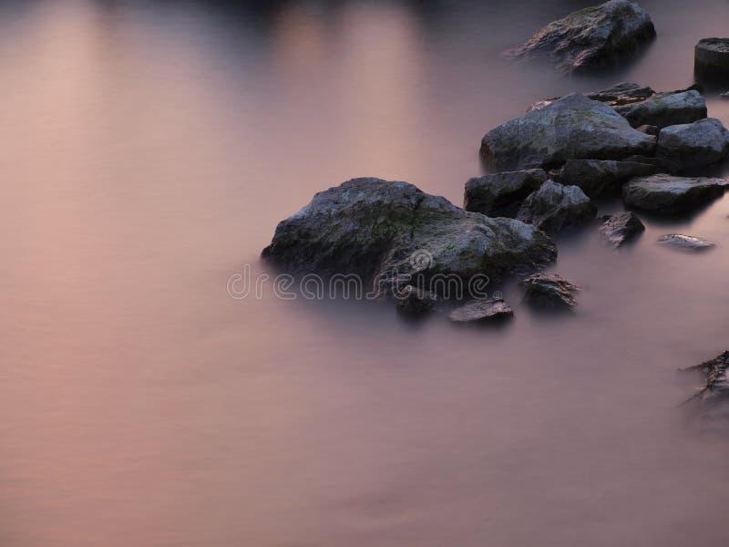 Pedras em um lago fotografia de stock