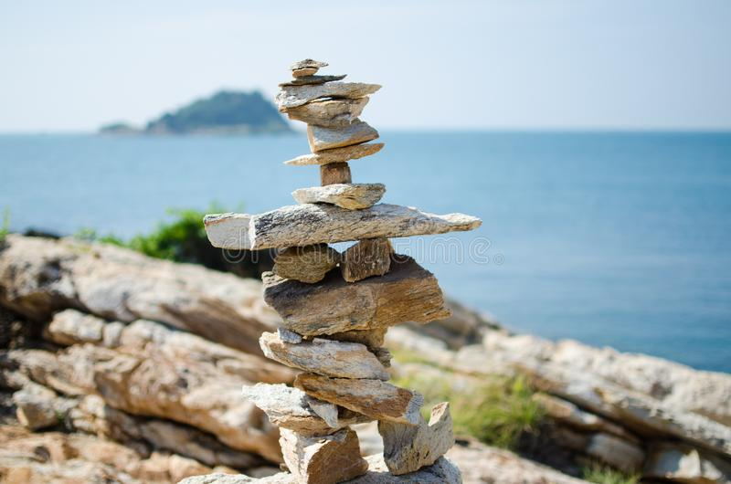 Pedras empilhadas que negligenciam o oceano fotografia de stock royalty free