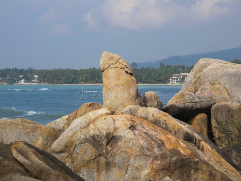 Pedras enormes na praia Pedregulhos na costa imagens de stock royalty free
