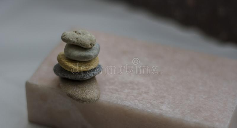 Pedras estando que equilibram em se a mentira fotos de stock royalty free