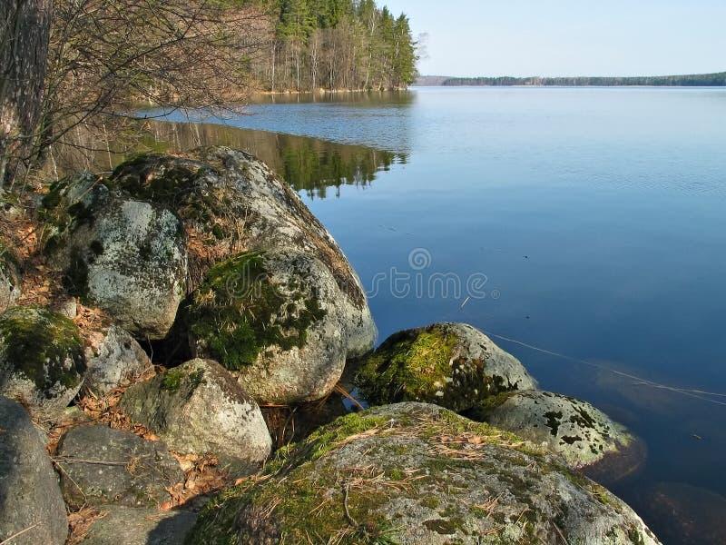 Pedras, floresta e lago fotografia de stock